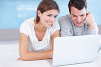 Paar macht Festgeldkonto Vergleich
