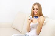 Junges Mädchen mit einer Kreditkarte für Jugendliche