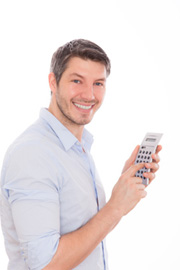 Junger Mann beim Bankvergleich