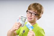 Kind mit Geld vom Konto