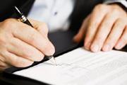 Ausfüllen von Anträgen um ein Konto zu eröffnen
