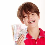 Kind mit Geld von einem Tagesgeldkonto