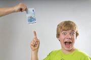 Lachender Schüler mit einem Tagesgeldkonto