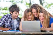 Studenten bei der Auswahl eines Tagesgeldkontos am Laptop