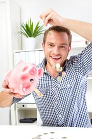 Mann der sich über die hohe Verzinsung seines Tagesgeldkontos freut