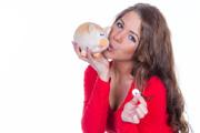Junge Frau freut sich über ihr Tagesgeld ohne Mindesteinlage